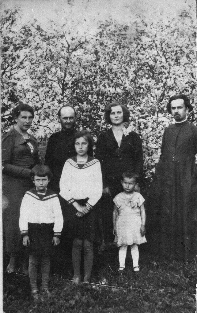 братья Николай (слева) и Георгий Хильтовы с супругами и детьми