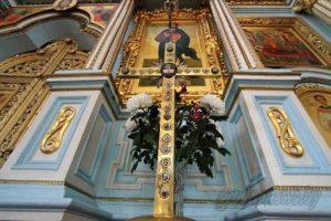 Крыж-машчавік з часцінкамі мошчаў святых у іконах.