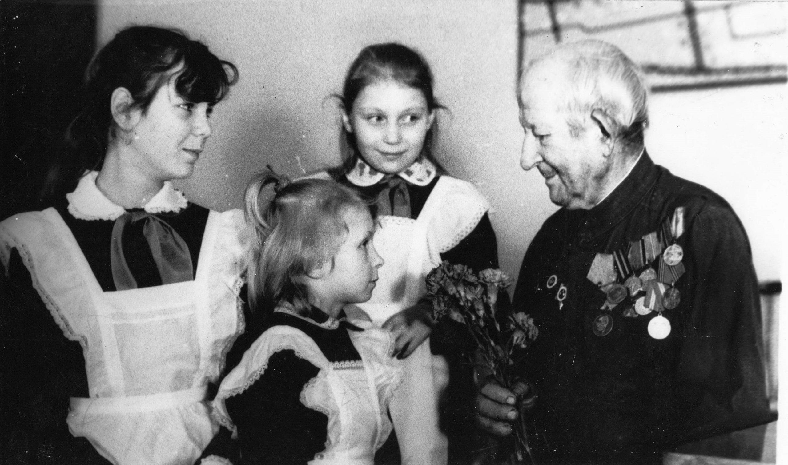 Даніла Мартынавіч Абрамовіч у час сустрэчы з вучнямі ў Макранскай сярэдняй школе.