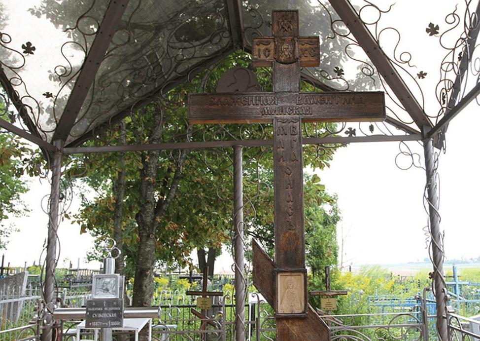 Драўляны крыж побач з магілай святой Валянціны Мінскай.
