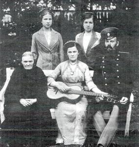 Валянціна Сулкоўская з мужам і родзічамі ў дзень вяселля. 1912 г.