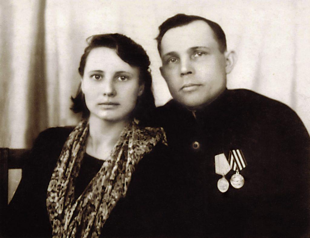 Аляксандра Статкевіч і Васіль Чабаганаў, бацькі Анатоля Статкевіча-Чабаганава. Любань. 1946 г.