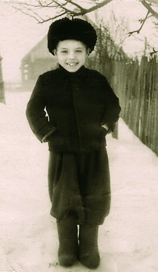 Анатоль Статкевіч-Чабаганаў на выхаванні ў бабулі Марыі Аляксандраўны. Вёска Засмужжа. 1953 г.