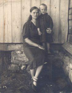 Ганна Янучок з дачкой Аленкай. Пасёлак Манькова. 1946 г.