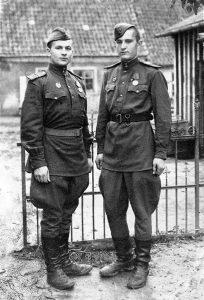 Камандзір кулямётнага аддзялення, камсорг роты Іван Янучок (злева) з франтавым сябрам Іванам Прадко. Тапіау. 1945 г.
