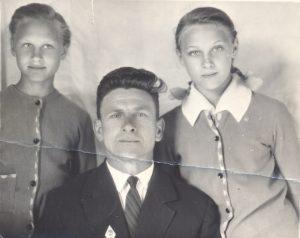 Іван Паўлавіч з дочкамі Ларысай (злева) і Тамарай.
