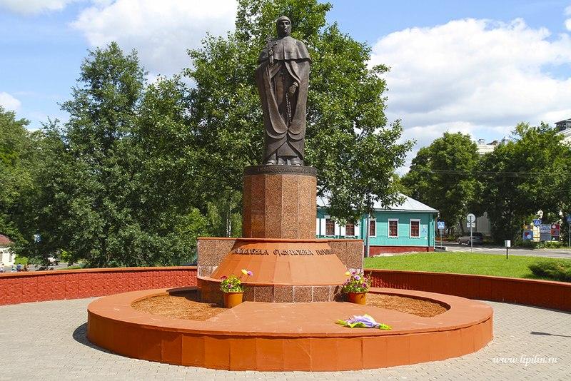 Помнік святой Еўфрасінні ў родным Полацку.