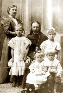 Айцец Уладзімір Хіраска з жонкай і дзецьмі.