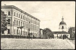 Духоўная семінарыя (справа), дзе вучыўся Уладзімір Хіраска. Злева – акруговы суд, за семінарыяй – царква Іаана Прадцечы.