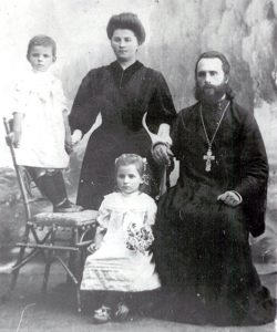 Святар Васіль Сцяпура з жонкай Ганнай і дочкамі Ірынай (стаіць на крэсле) і Лілай.