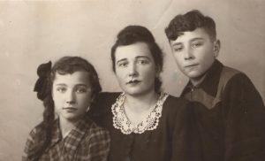Аляксандра (Шура) Данілеўская з дачкой Мірай і сынам Юрам. 1956 г.