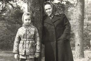 Уладзіслава Забродская з унучкай Стэлай. 1976 г.