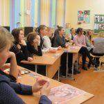 О высоком предназначении женщины рассуждали вместе со священником старшеклассницы из города Новогрудка