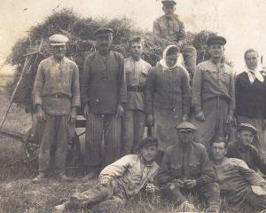 Іван Янучок (стаіць другі справа) на ўборцы ўраджаю ячменю ў калгасе. Вёска Падліпцы. 11 жніўня 1947 г.